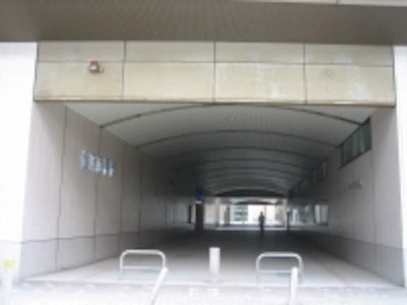 金沢駅の西口から高架下をくぐって東口へ