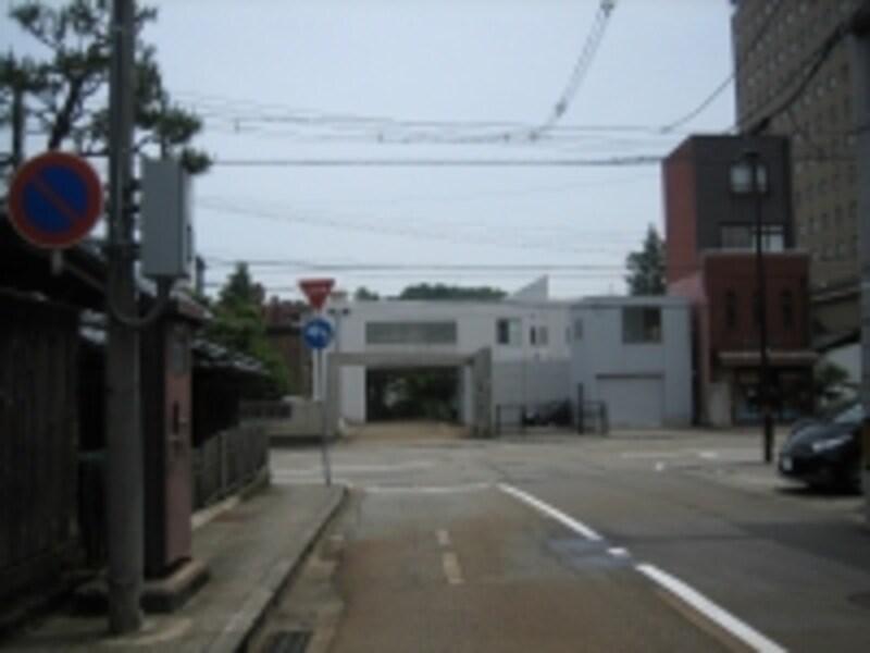 ひがし茶屋街付近につながる大通りにぶつかる