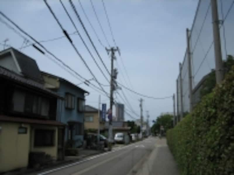 金沢駅前にあるレンガ色の背の高い建物が目印