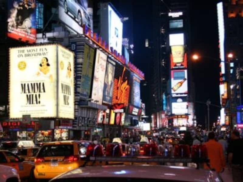 """まぶしいほどのネオンに溢れた、タイムズ・スクエアは、まさに""""世界の交差点"""""""
