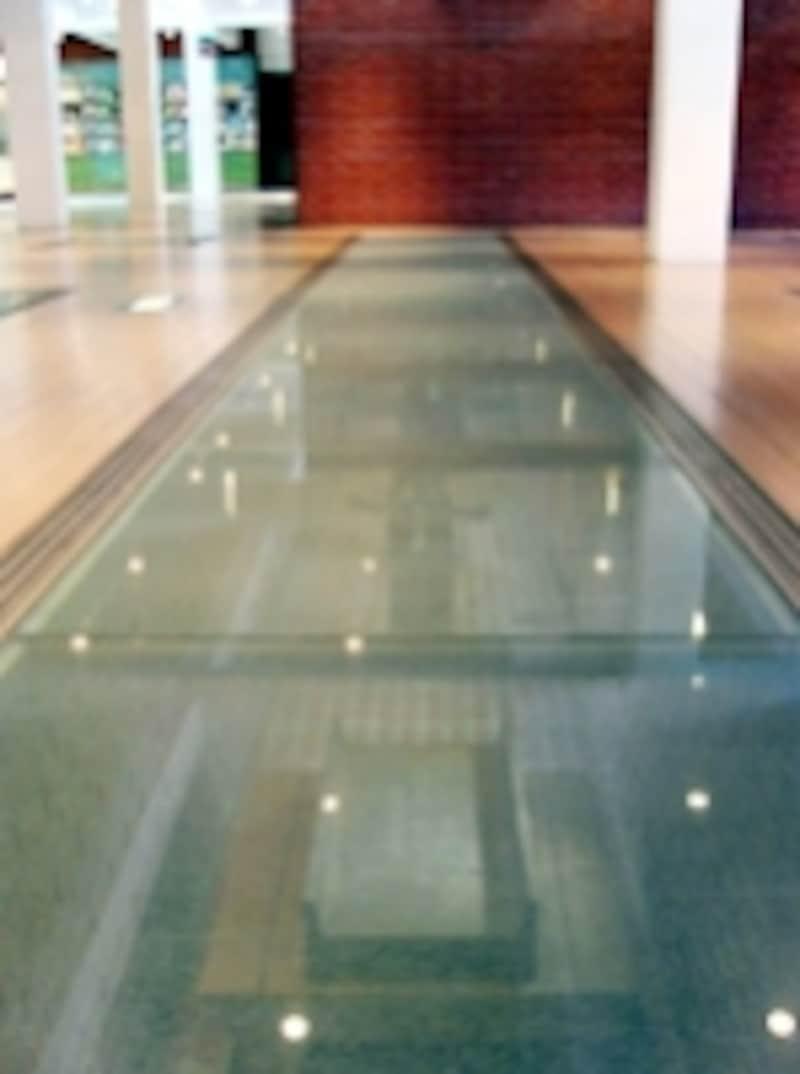 1号館1階ロビーの床はガラス張りになっていて、赤レンガ倉庫の歴史を物語る遺構が展示されています