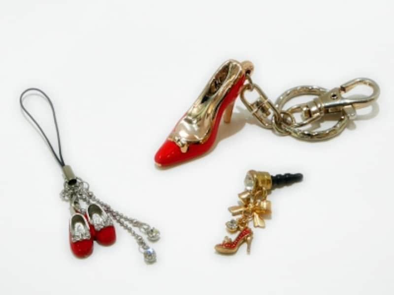 左から、YokohamaGlass「赤い靴ストラップ(1080円)」「赤い靴ヒールキーホルダー(1080円)」「赤い靴ヒールイヤホンジャック(1290円)」※すべて税込