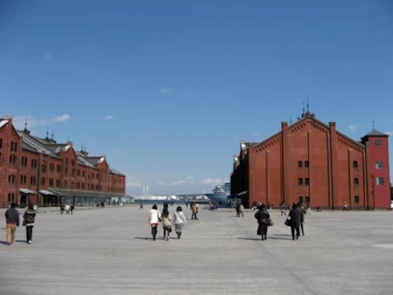 横浜赤レンガ1号館(右)と2号館(左)。歴史的建造物をリノベーションして活用した、横浜らしい施設
