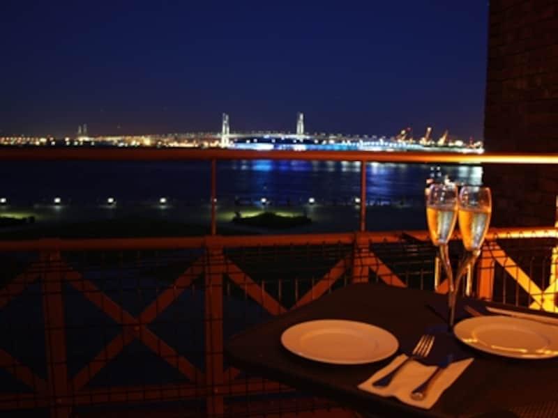 4月~10月限定で眺めのよい2号館3階のバルコニー席で「barTUNE」が料理を提供。ランチタイムはサンドイッチやパスタなど、ディナータイムはフレンチベースの料理が楽しめます