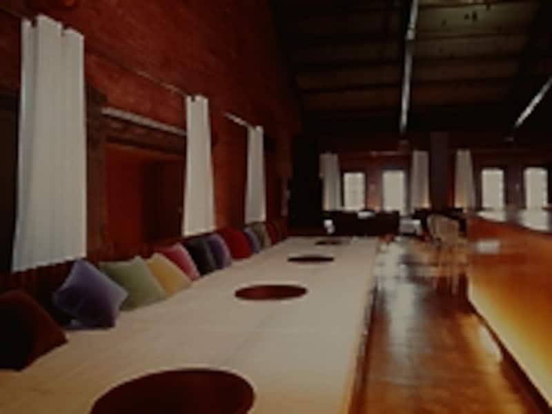 和カフェ「chano-ma」には靴を脱いで座る、文字通り「お茶の間」スペースがあり、まったりくつろげます。ランチタイムのパン食べ放題は大好評