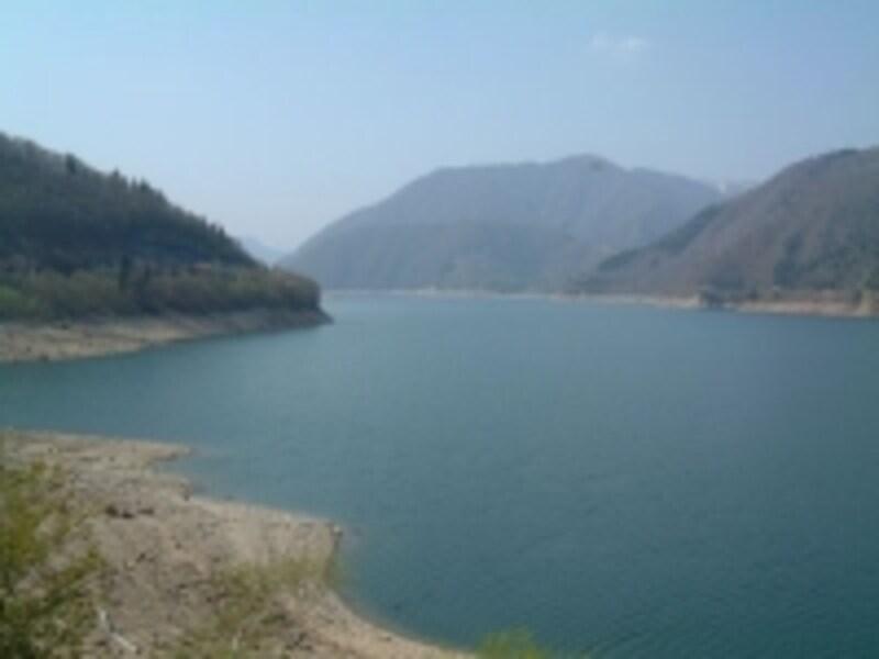 荘川桜から見る御母衣湖
