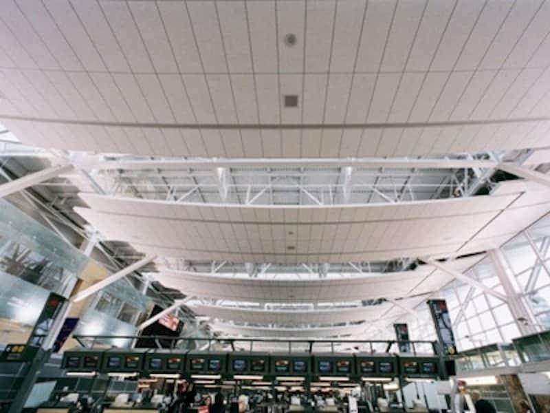 日本からの直行便が数多く発着するバンクーバー空港では、搭乗ゲート内外あわせて11箇所もの両替所がある
