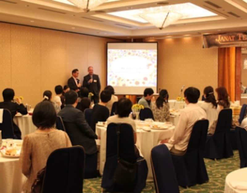 ジャンナッツブランドについて語るのが前田社長(左)とジャンナッツティーブレンダーのイディアス氏(右)
