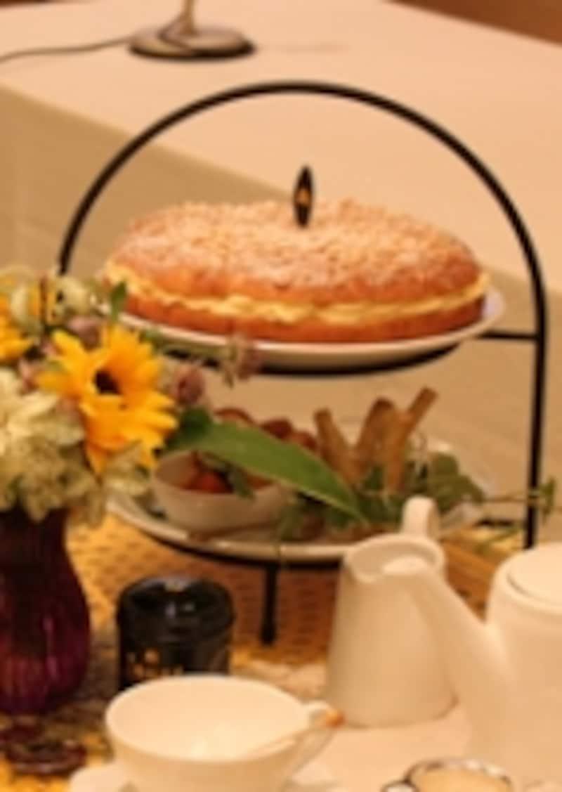 プロヴァンスのスイーツ、タルト・トロペジェンヌはカスタード系と生クリーム系の2種のクリームが挟まれたスイーツ。ケーキのようなパンのような仕上がり。