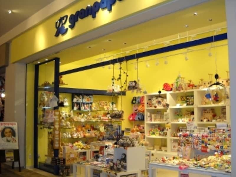 ショッピングセンター内のショップは雨でも濡れず買物に便利(グランパパ)