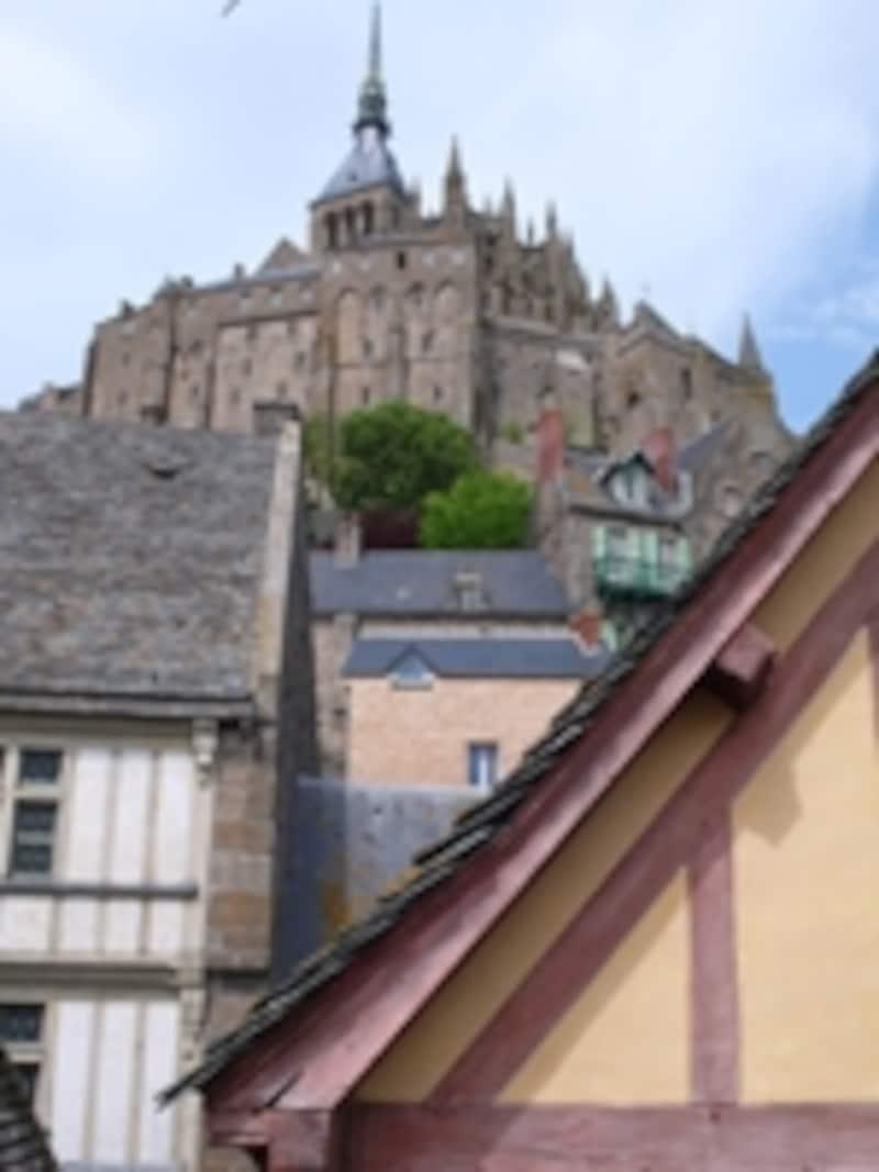 修道院を見上げる
