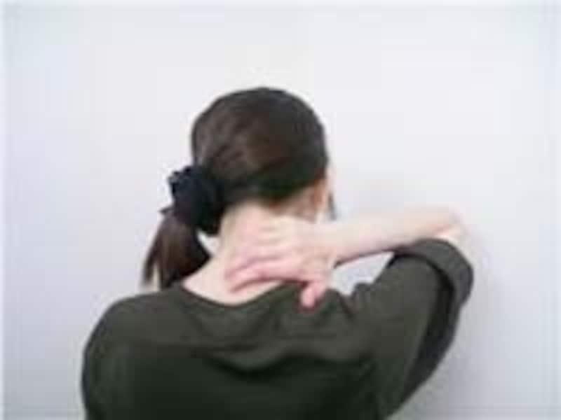 首の中央より左側に指を置きます