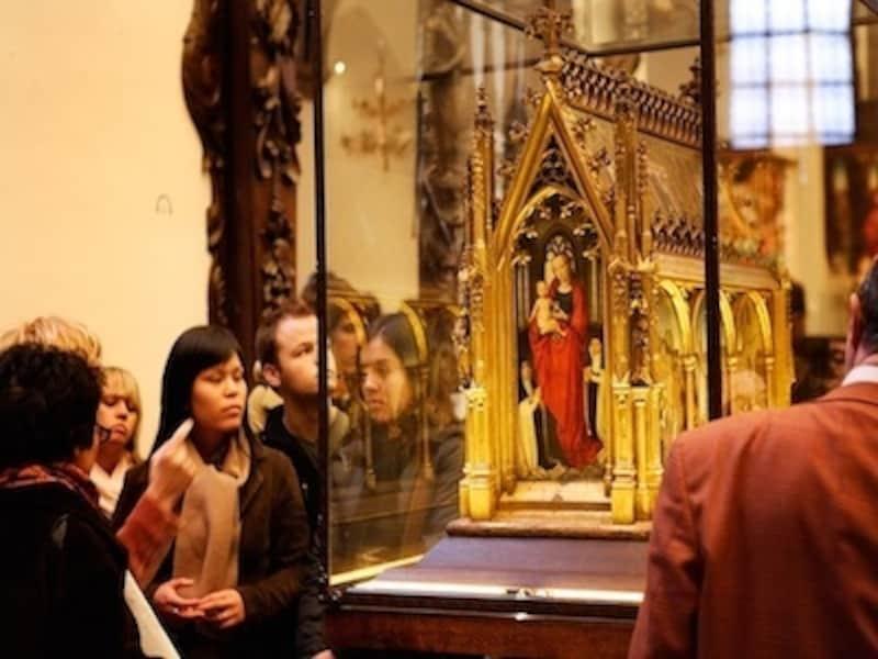 ハンス・メムリンクの傑作『聖女ウルスラの聖遺物箱』(c)OfficedeTourismedeBruges