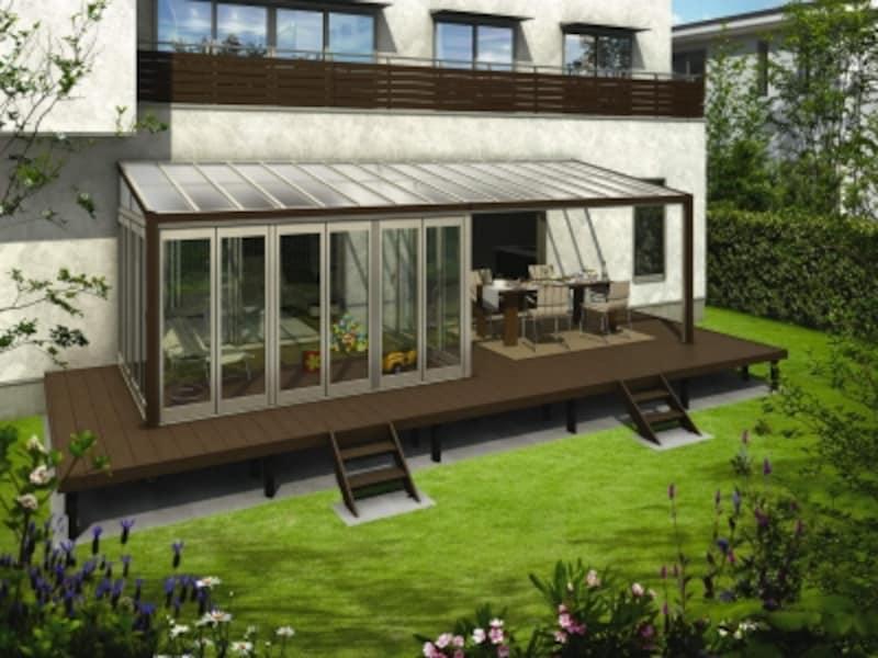 くつろいだり、食事をしたり、さまざまな用途に利用するのであれば、スペースも広めに確保したい。[サンフィール3テラス囲い木調ガーデンルームタイプリウッドデッキ納まりフラット型部分囲いリウッドFF色H2Z9] YKKAPhttp://www.ykkap.co.jp/
