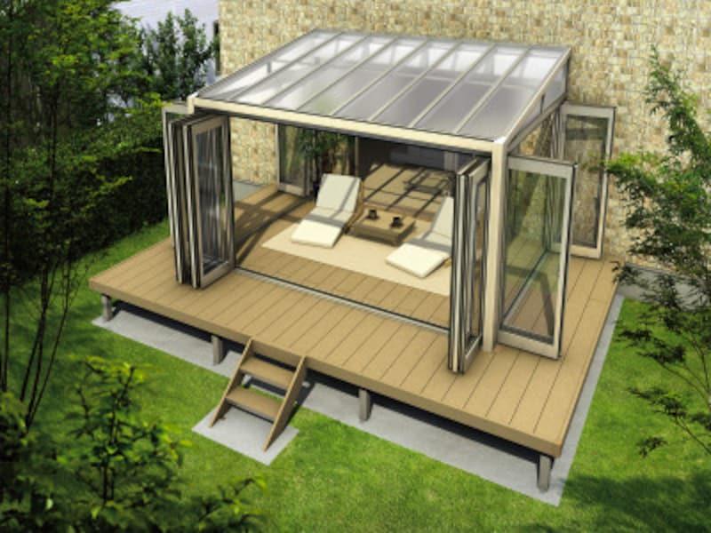 くつろぎの場として、快適さを重視したプラン。ウッドデッキに、折りたたみの扉を設けて開放的に。 [サンフィール3テラス囲い木調ガーデンルームタイプリウッドデッキ納まりフラット型屋根ふき材:ポリカ(トーメイマット)(開)H2AR] YKKAP https://www.ykkap.co.jp/