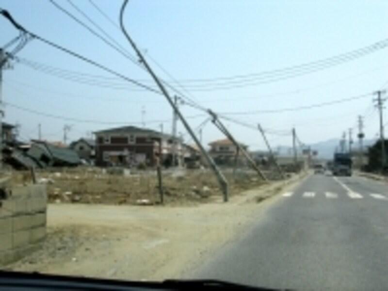 石巻の市街地は1ヶ月後も電柱がこのような状態であった