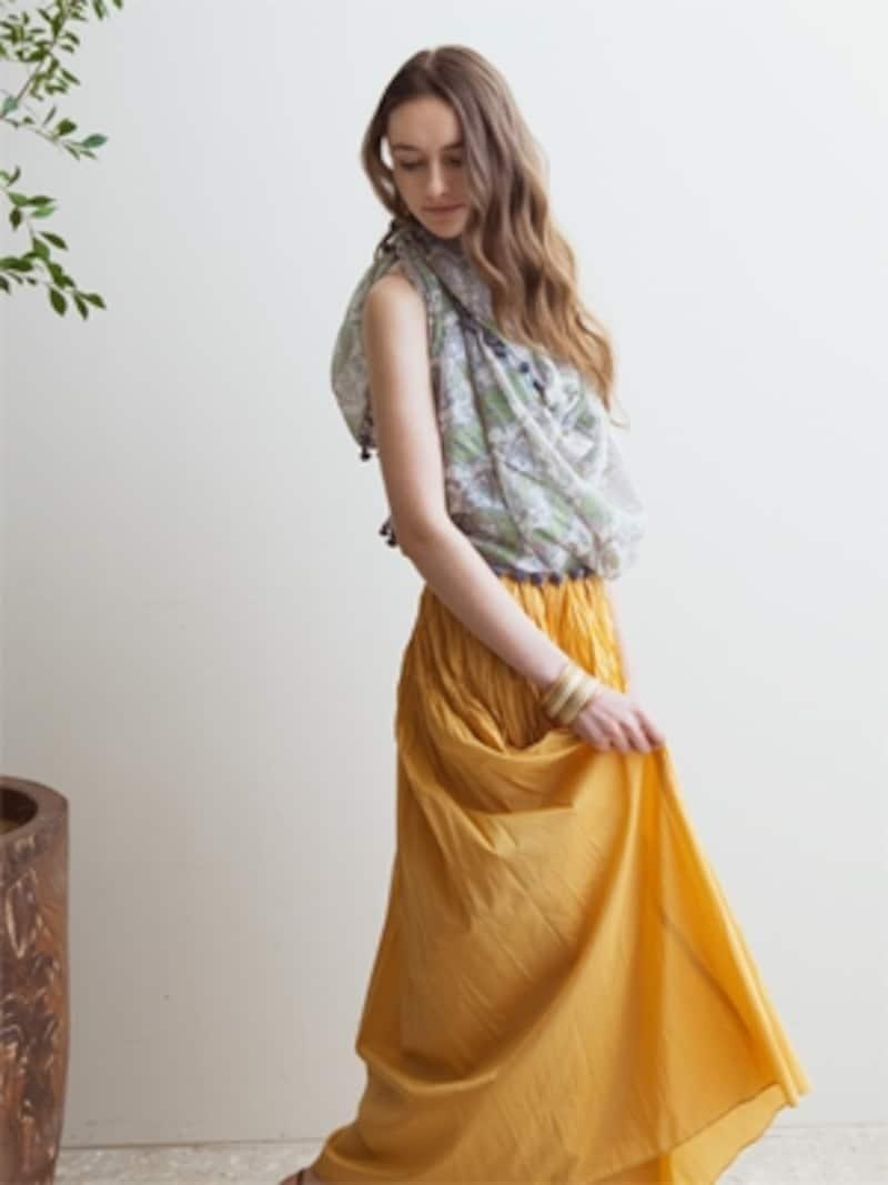 マキシ丈スカートに優雅な風景を