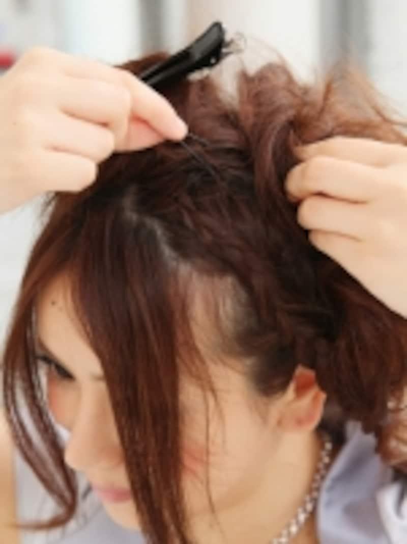 ミニシニヨンの上にも毛先を散らす