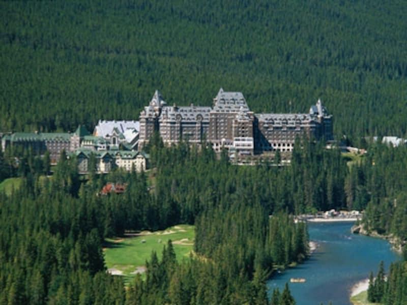 カナディアンロッキーの最上級ホテル、フェアモントバンフスプリングス。夏の料金は破格に高い!(C)FairmontHotels