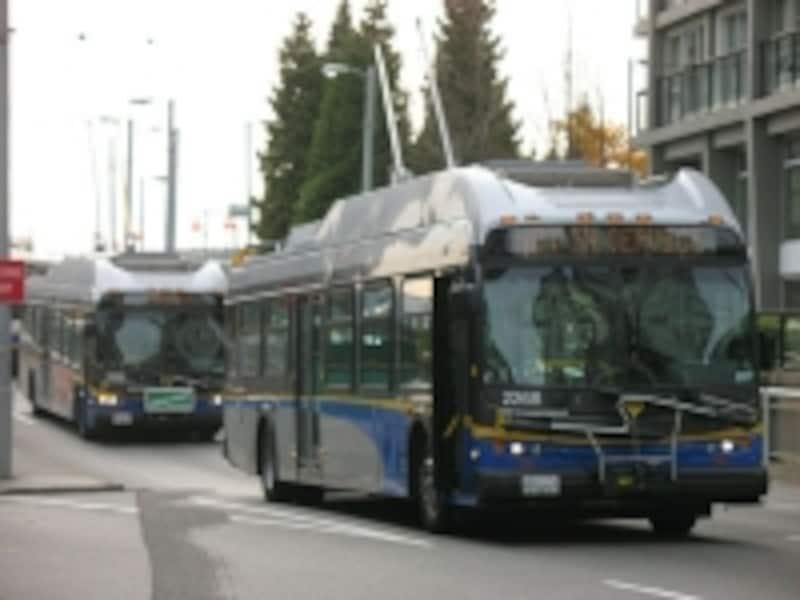 バンクーバー市内のバスは電気で走るトロリーバス