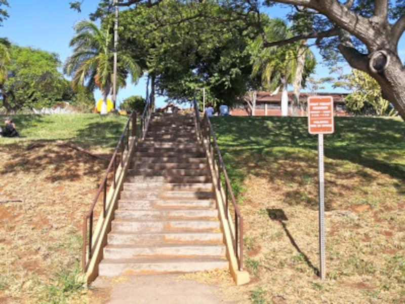 駐車場から階段をのぼった上にあるカピオラニ・コミュニティ・カレッジ