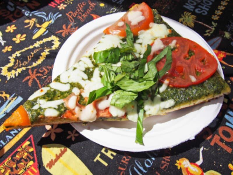 ノース産フレッシュトマトをスライスしたピザ(7ドル)。バジルソースが美味!