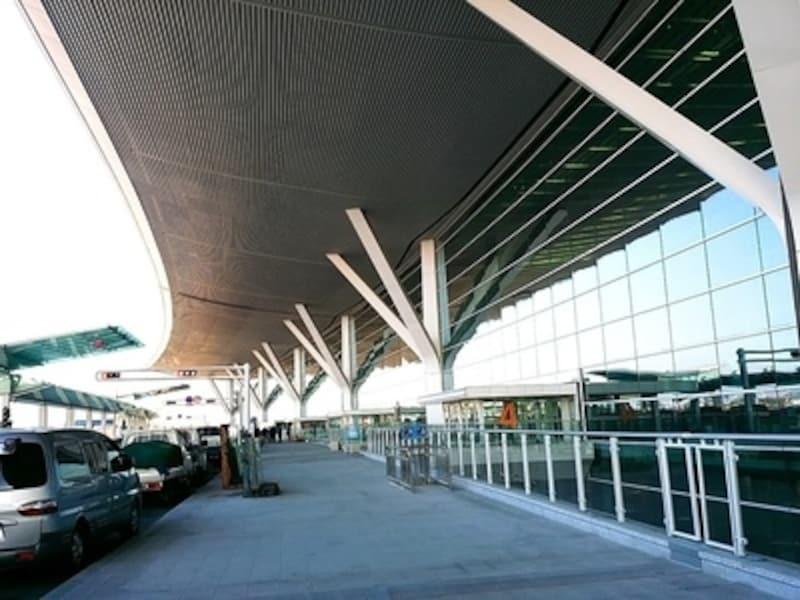 第1ターミナルから第2ターミナルまでの距離は、地下シャトル(IAT)で5分で行き来できる距離