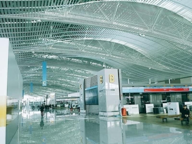 """あら揺るパートで空港技術の最先端を取り入れたのが第2ターミナル。空港ならではの""""待ち""""の時間も解消!"""