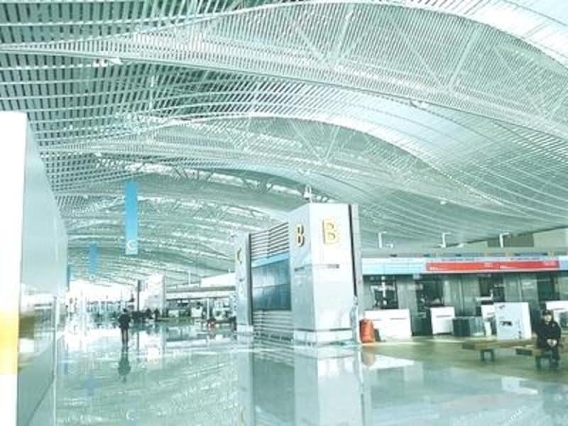 端から端まで移動するのは広すぎる空港だけに、わずかでも歩く距離を短縮できるのは有難し