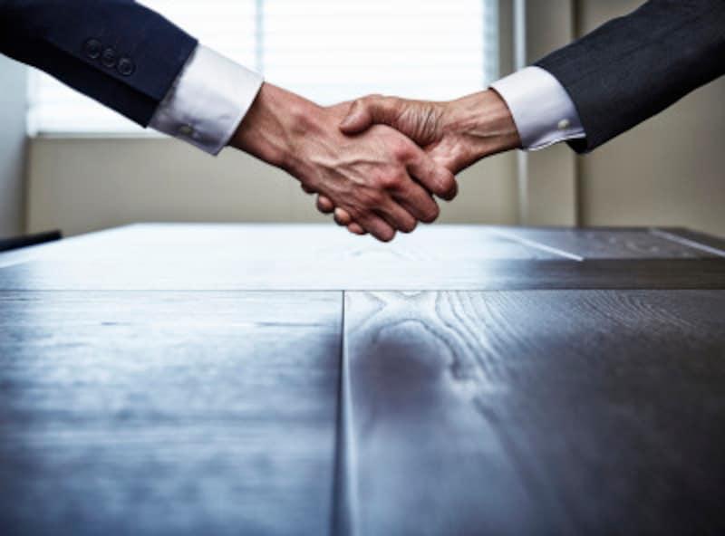 交渉の前には雑談を。握手も効果がある。