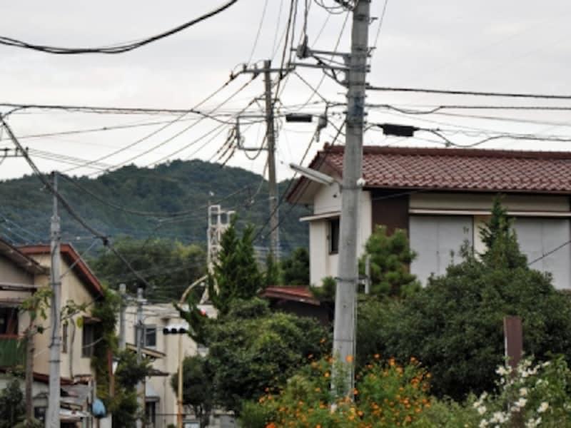 傾いた電柱