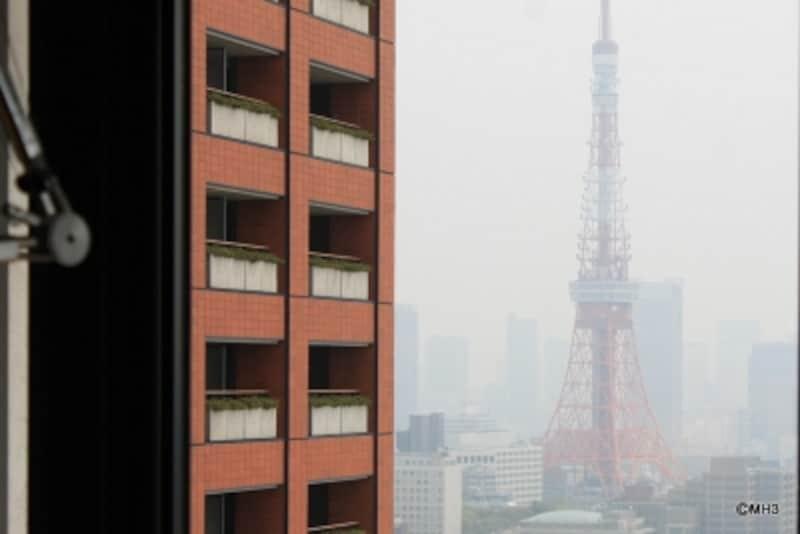 書斎のデスクから東京タワーを望む
