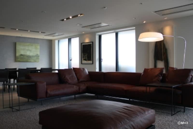 「セブンサロッティ」のソファ。色と素材(レザー)が建具とマッチしている。