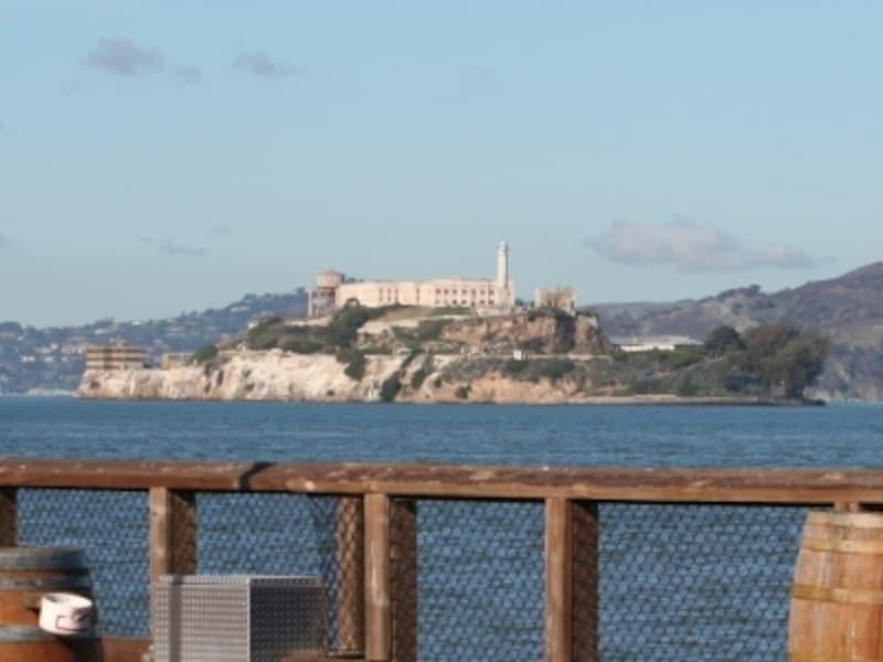 サンフランシスコから約2.5km離れている。船で約15分
