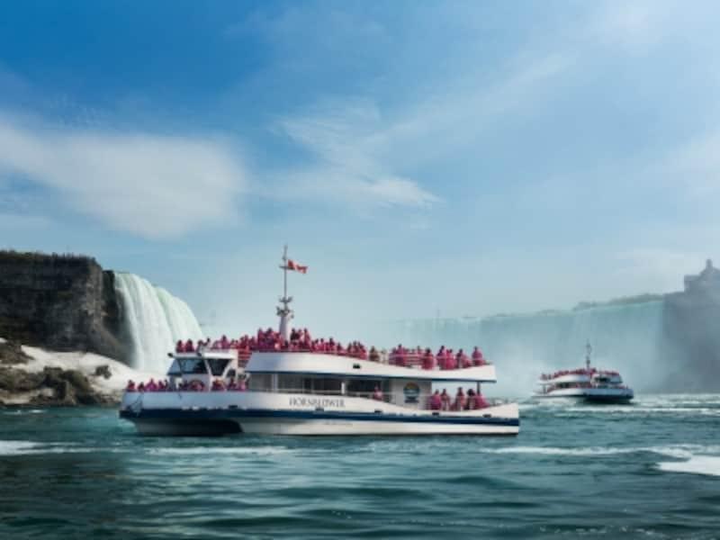 ナイアガラの滝を目前で見ることができる大型船