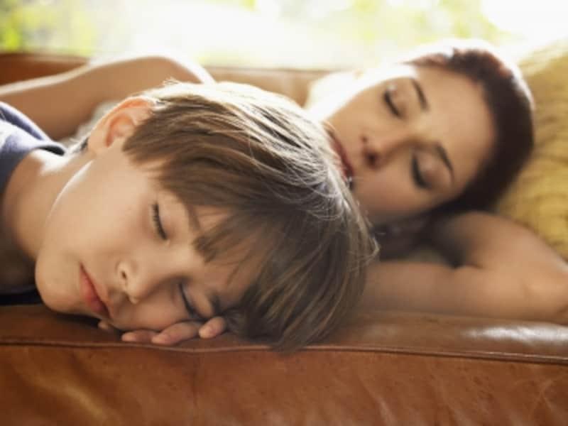 寝ている女性と男の子
