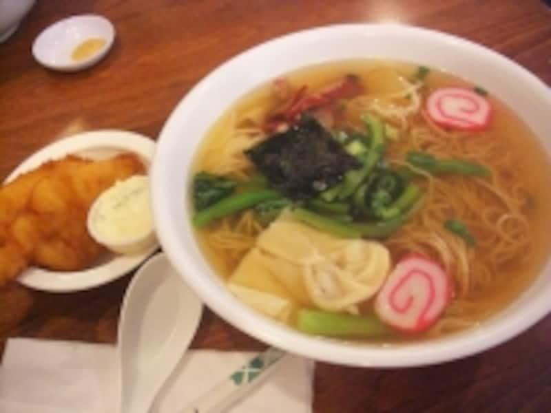 大盛りワンタンミンに、タルタルソースを付けて食べるえびの天ぷら?!が2つ付いたタナカ・スペシャル・サイミン(8.45ドル)