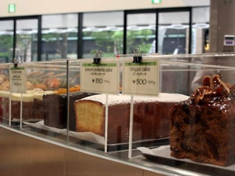 キャロットケーキ(550円)、パウンドケーキ類は量り売り。