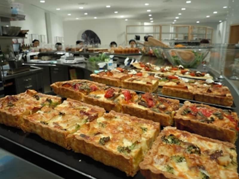 キッシュ(650円)はいろいろな野菜の組み合わせが日替わりで毎日3種類。一つを選んで2種類の野菜を添えたもの(1400円)も野菜がふんだんに摂れる人気メニュー