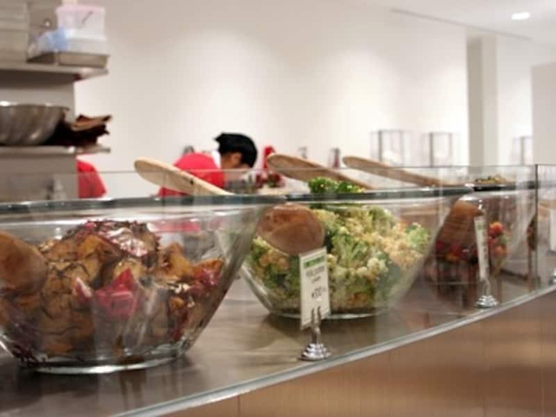 作りたてのお総菜がカウンターに並ぶ。