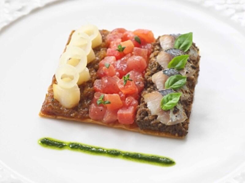 3種の野菜(トマト、オニオン、茸)とシーフード(鮪、帆立貝、春鰯)の温かい樽とundefinedフレッシュハーブのピストー添え