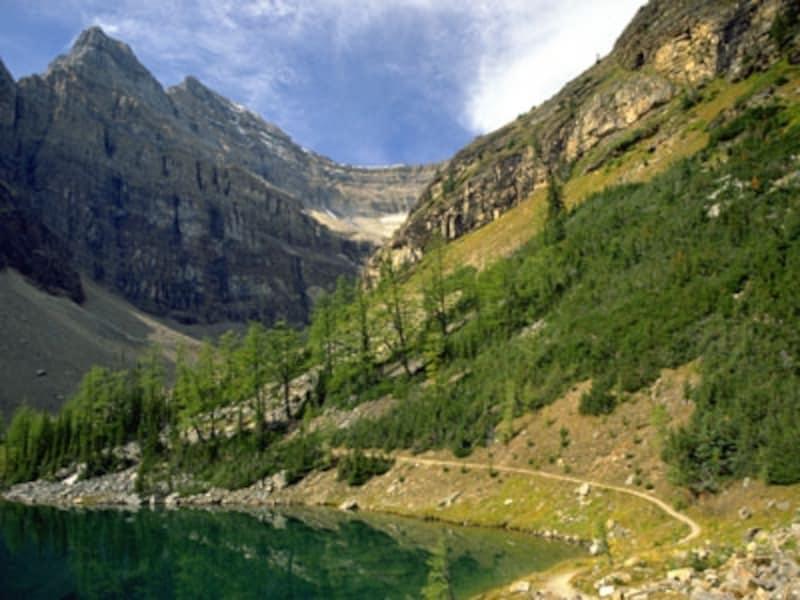 レイクアグネスはレイクルイーズとは趣の異なる小さな山上湖(C)TravelAlberta