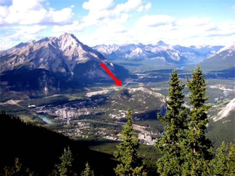 画像上で赤い矢印がある小高い丘がトンネルマウンテン