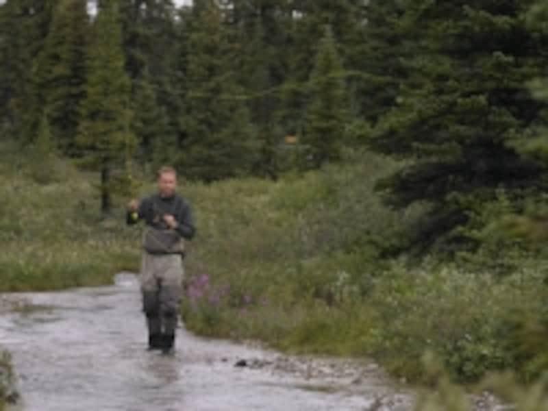 ウェーダーを履いての釣り歩き(ウォーク&ウェイド)は、フライフィッシングの定番(C)TravelAlberta