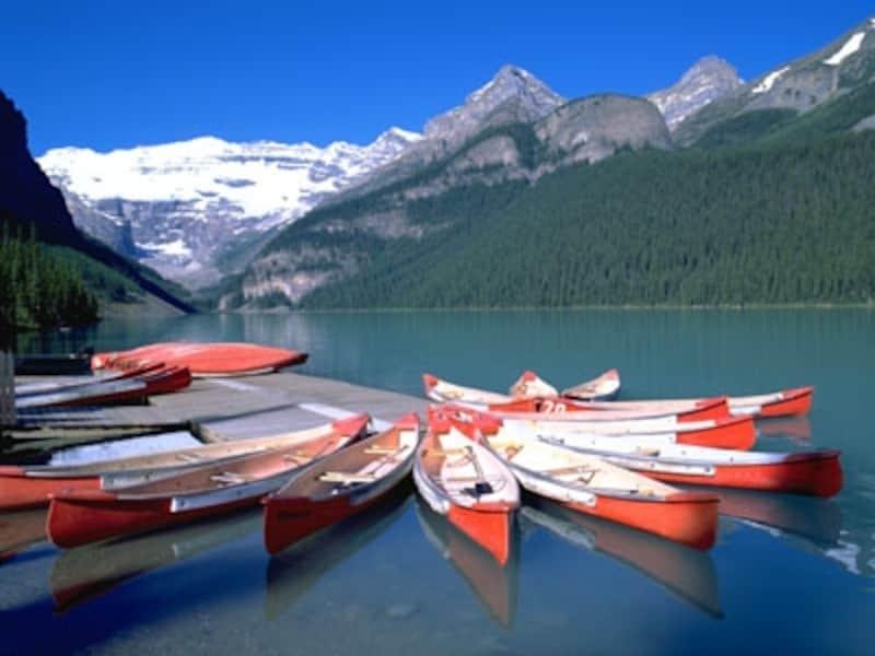 レイクルイーズは人気カヌースポットのひとつ(C)TravelAlberta