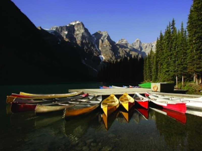 モレーンレイクは風が少なく、湖面が美しい午前中が狙い目!(C)MoraineLakeLodge