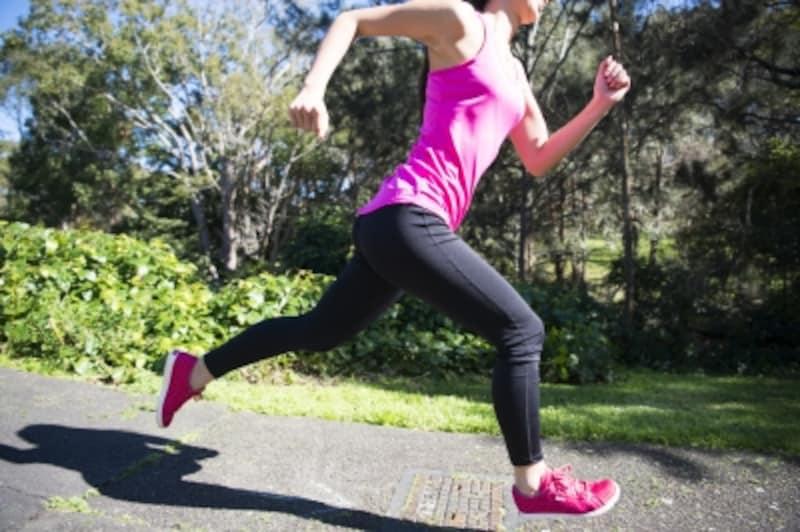 走っている女性