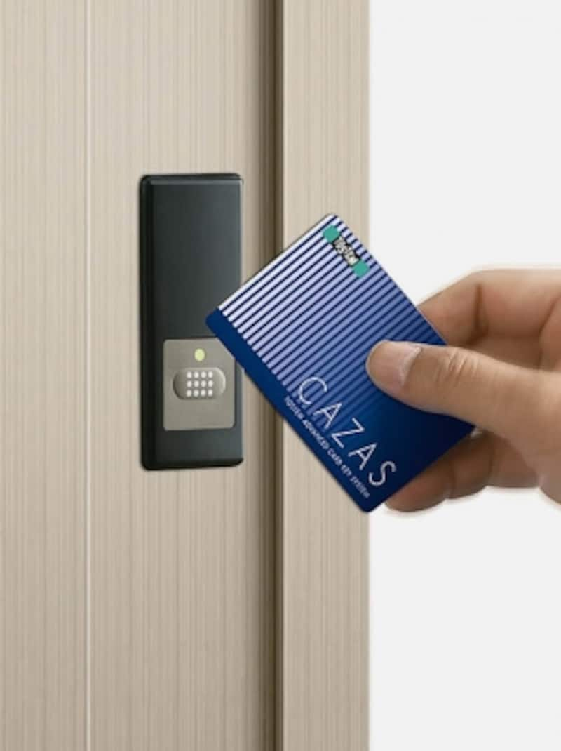 ボタンを押してカードをかざすだけで、施解錠が可能なキーシステム。カギの締め忘れを防ぎ、出し入れの手間を省くことができる。[引戸PGシリーズundefinedCAZASシステム]undefinedLIXILundefinedhttp://www.lixil.co.jp/