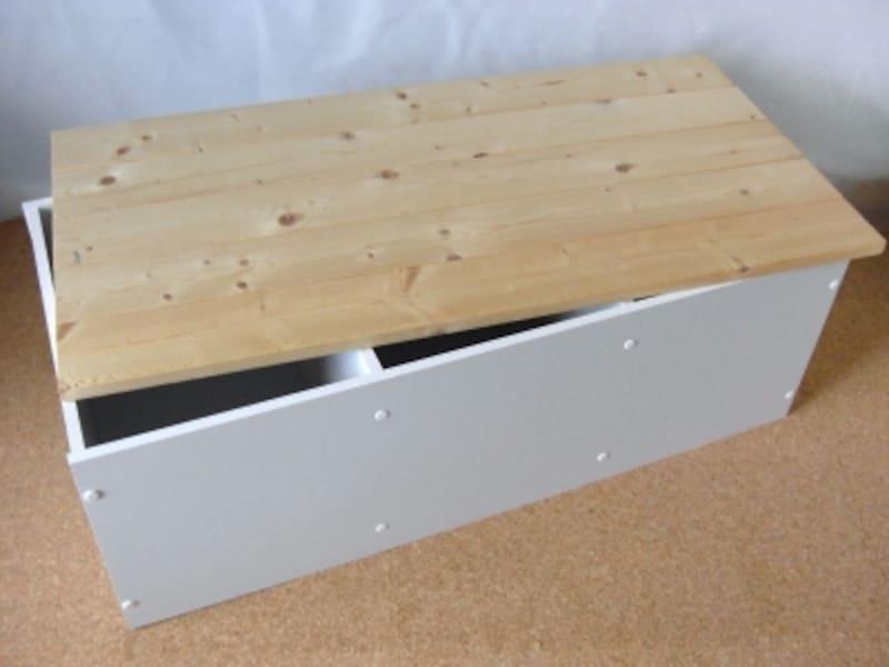 カラーボックスで作った収納付きベンチ。天板をあけると収納に