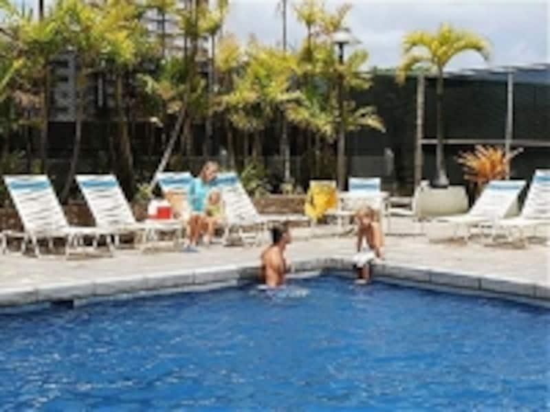 温水プール、サウナ、テニスコート、BBQエリア、ミニマート……と施設充実のアストン・ワイキキ・サンセット